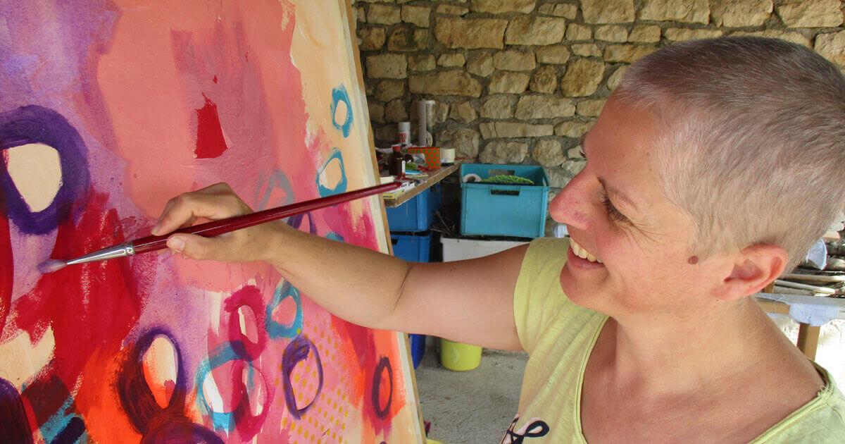 Ramona Hoffmann beim Malen in ihrem Atelier