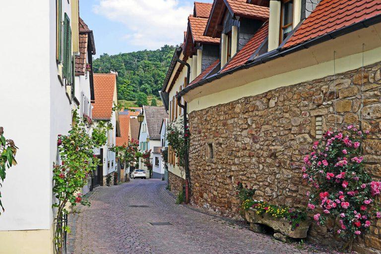 Typische Gasse im Weindorf Gimmeldingen Neustadt